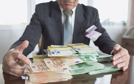AM0BNE Businessman with large stack of Euros