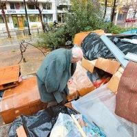 """Ελληνες άστεγοι απέναντι από τα γραφεία των """"ανθρωπιστών"""" του ΣΥΡΙΖΑ"""