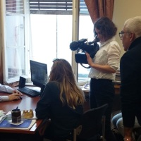 Ο Κασιδιάρης είπε σε δημοσιογράφους του BBC να πάρουν τους μετανάστες στην Αγγλία και τους πέταξε έξω από το γραφείο του [ΣΧΟΛΙΑ]